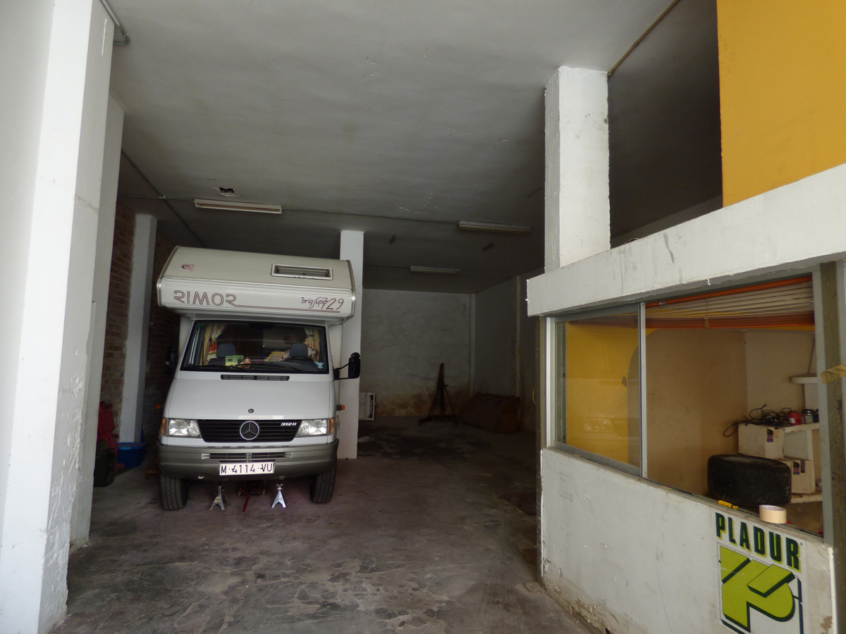 INDUSTRIAL WAREHOUSE IN THE LAGOONS OF 310 SQUARE METERS, EXPLOITED AS A MECHANICH GARAGE, BUT PERFE,Spain