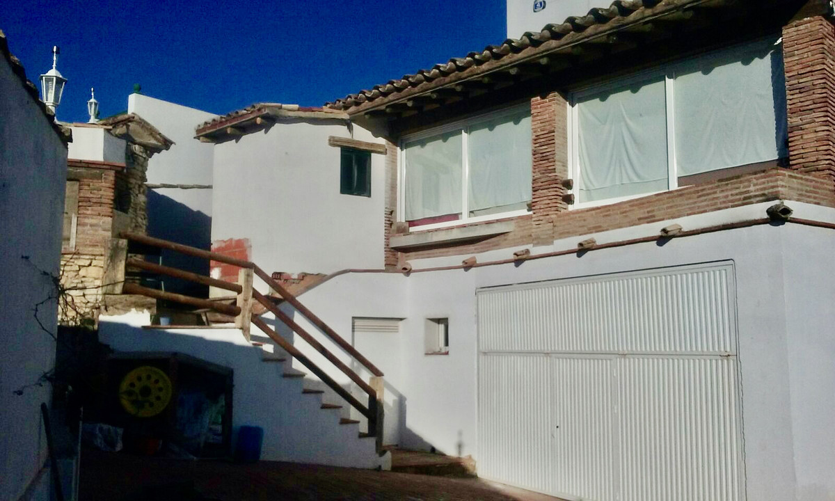 House in Arriate R3882136 2