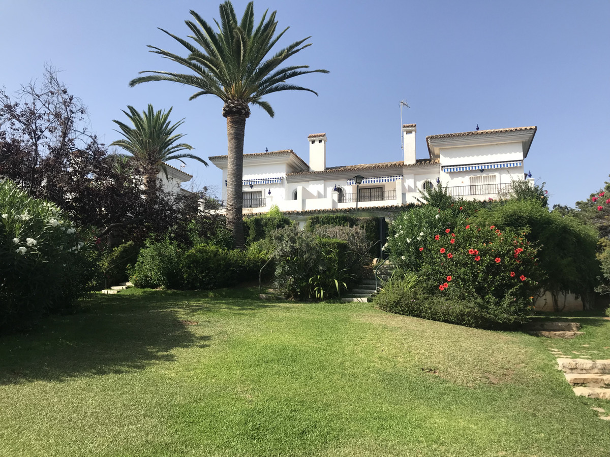 The largest semi detached in the urbanization.  A fantastic holiday or investment property. Renovate, Spain