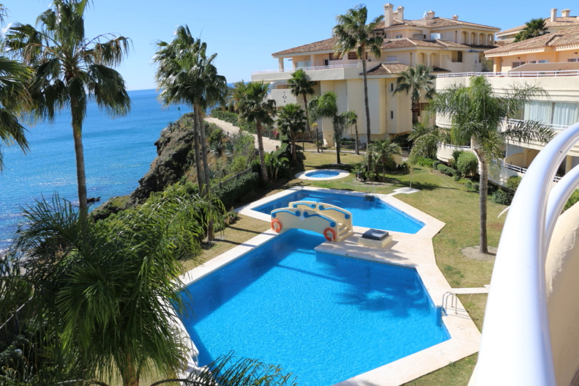 Fantastic penthouse property situated in a popular frontline beach complex. This large 3 double bedrSpain
