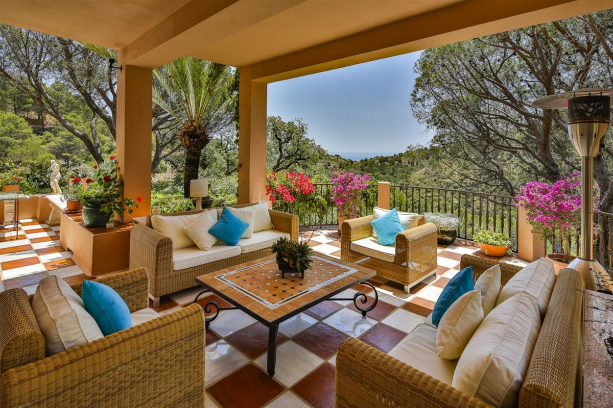 A traditional quality villa, very nicely located in El Madronal. South facing with views to the coas,Spain
