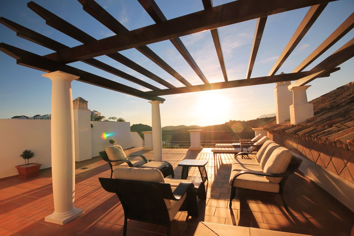 Unbeatable price for a quick sale on this splendid and spotless penthouse situated in the elegant re,Spain