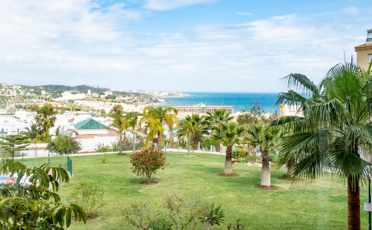 This middle floor appartement is real bargain ! Walking distance to the beach of la Cala , ready to ,Spain