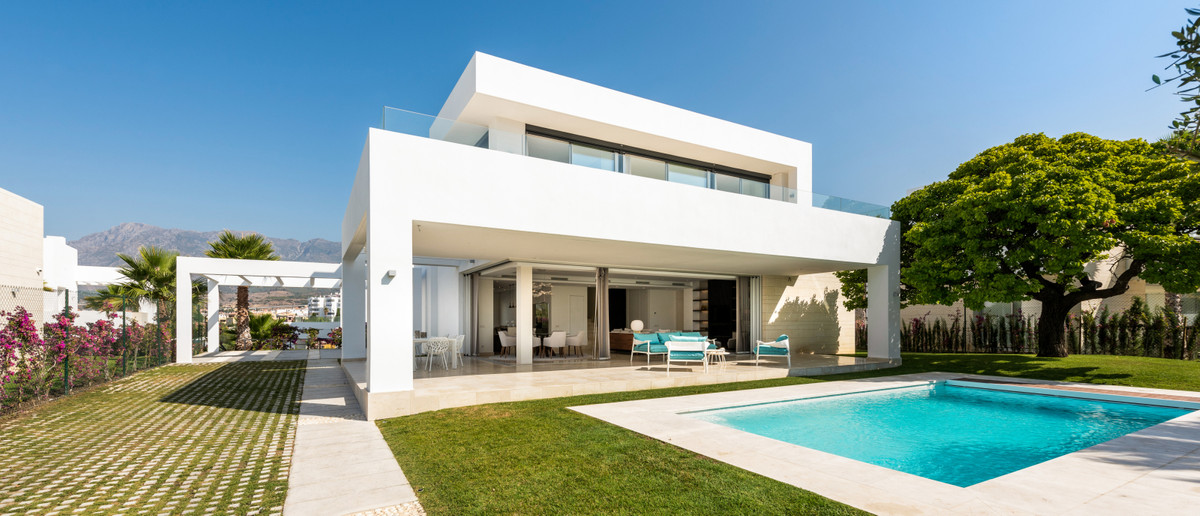 This 4 bedroom villa is built on 2 floors overlooking the Mediterranean Sea, located in the new resi,Spain