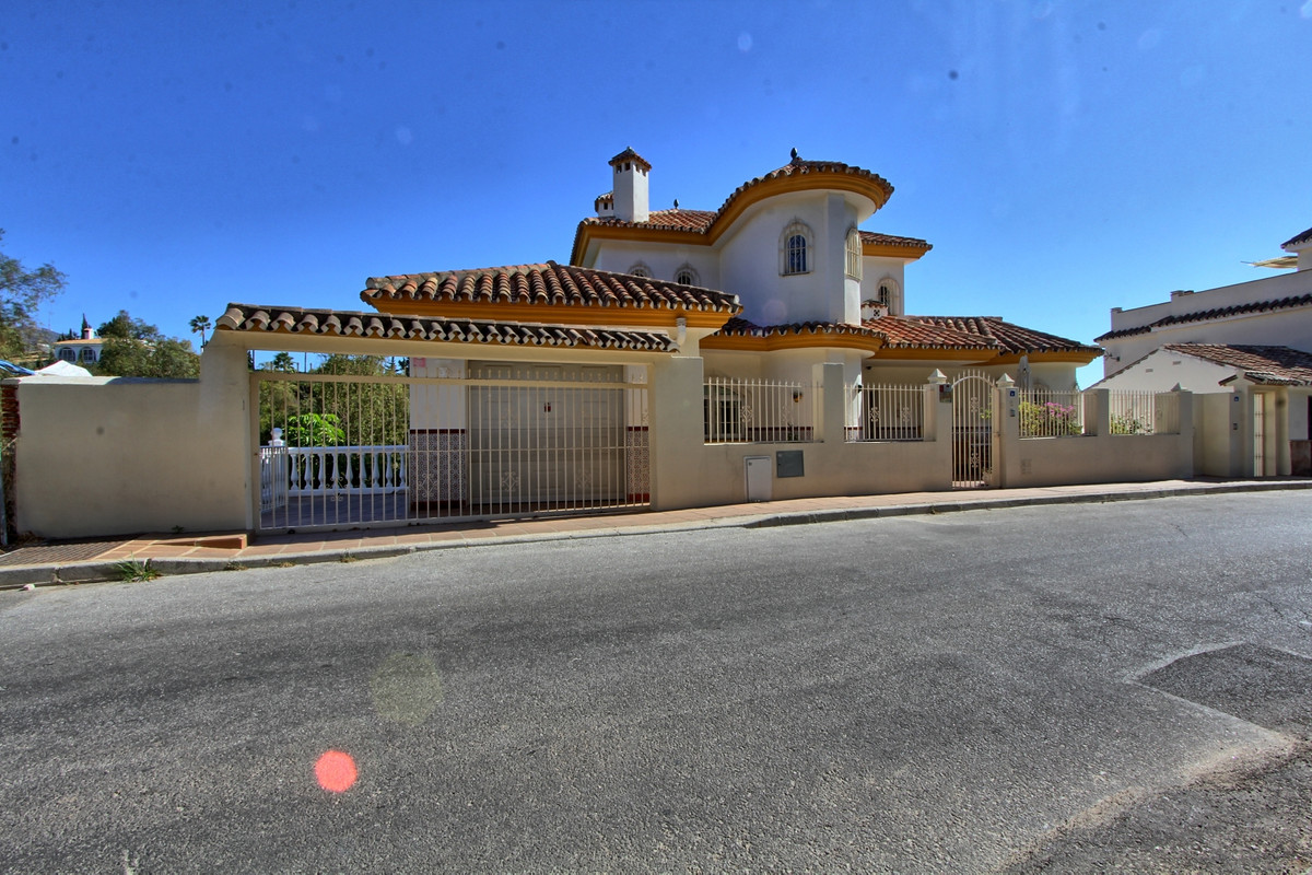 This large house is located a few minutes' walk from the shops and facilities of Las Lagunas an,Spain