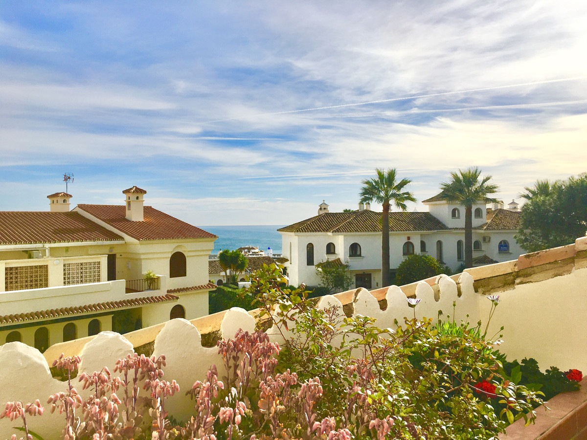 Located meters away from Monte Duquesa Square, and only a short 5 minuets walk to the beach and Duqu,Spain