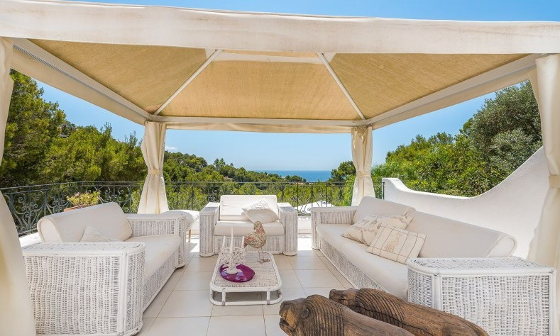 STUNNING 4 BEDROOMS VILLA WITH POOL  Impressive individual house located on Costa d'en Blanes higher,Spain