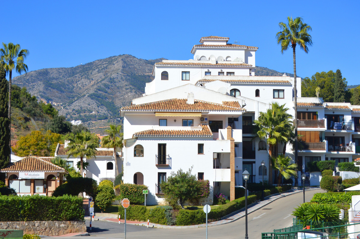 UNIQUE OPPORTUNITY IN LOS PACOS!  This 1 bedroom apartment is located in the Andalusian style urbani,Spain
