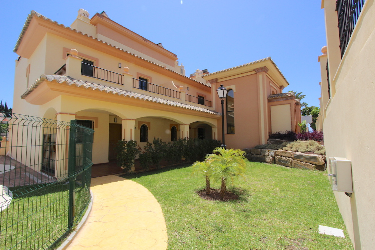 In Los Pacos Beautiful townhouse ready to move in. Main floor; entrance, open concept kitchen, loung, Spain