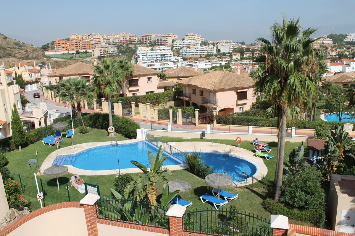 Completely renovated  this semidetached Townhouse is situated in Riviera del Sol, witth a roof solar, Spain