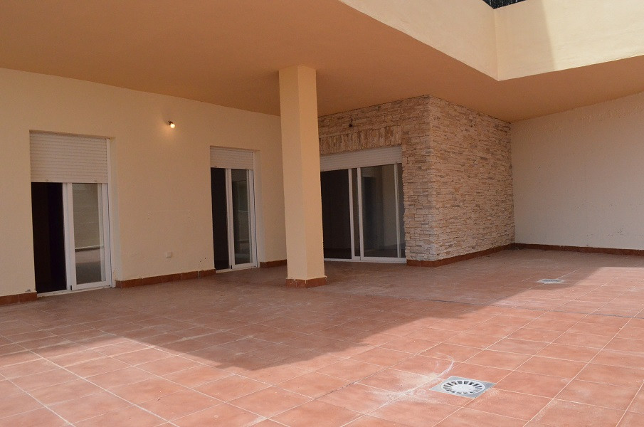 Frist floor apartment with a huge terrace. Waking distance to the shops, low area in Riviera del sol,Spain