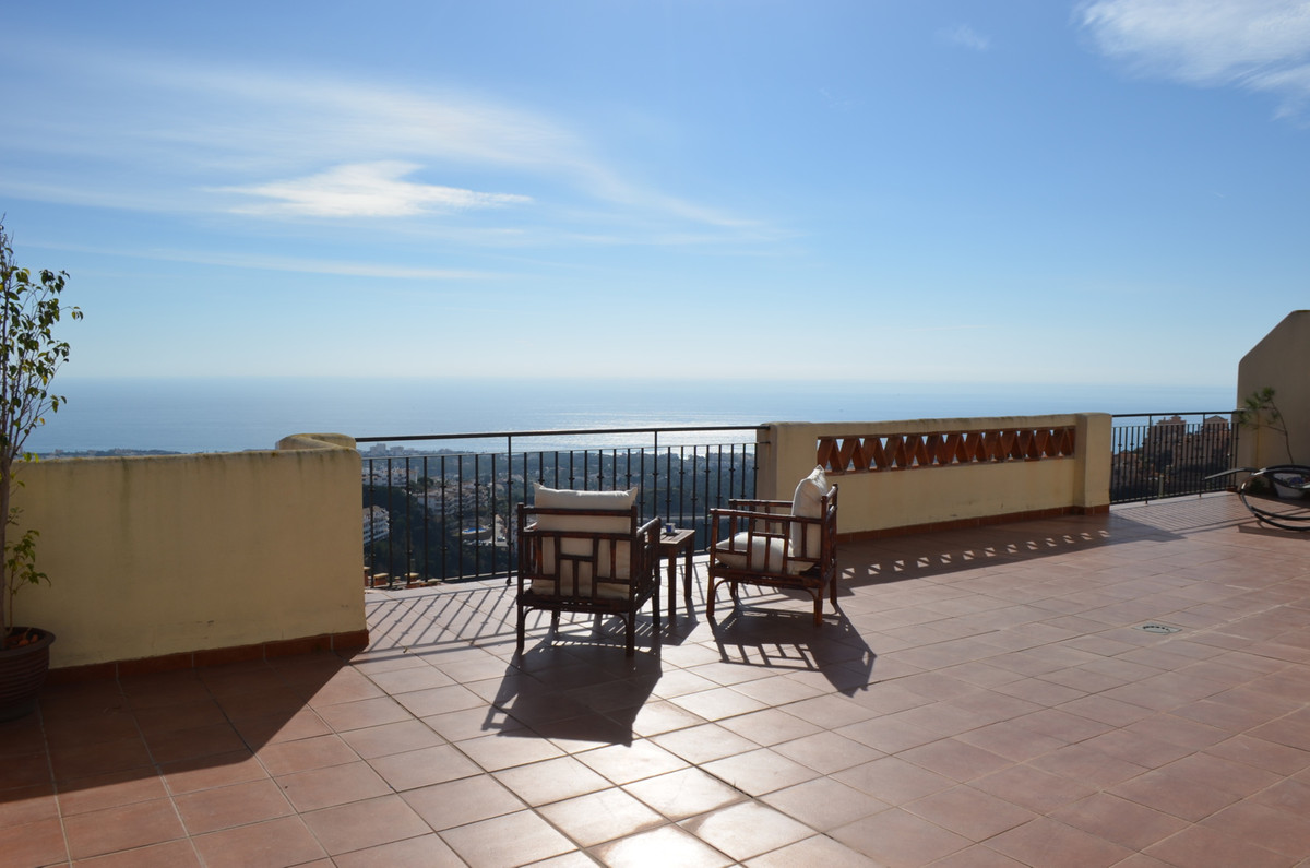 Fantastic penthouse situated in Calahonda, huge terrace with increible sea and mountains views,  3 b,Spain