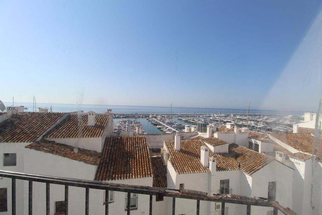 NICE APARTMENT IN PUERTO BANUS    Lovely  apartment with frontal views of the Puerto Banus With en o,Spain
