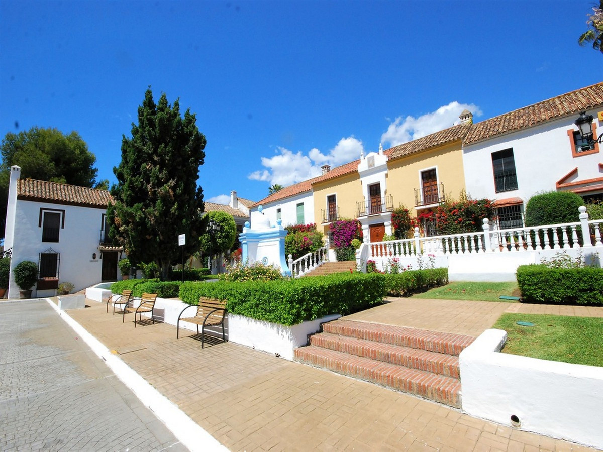 BEAUTIFUL TOWNHOUSE A FEW METERS FROM THE BEACH IN GUADALMINA BAJA. The property is distributed over,Spain