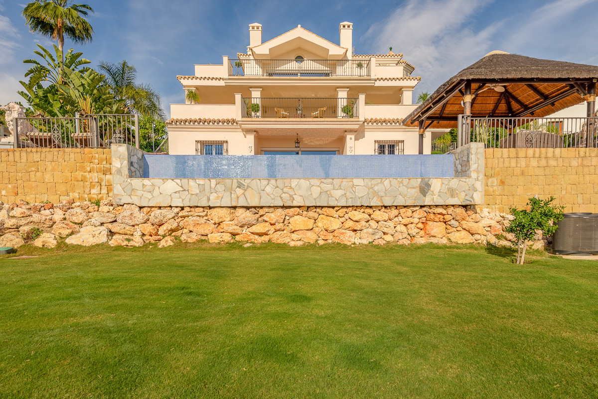 Villa for sale in Nueva Andalucia, with 4 bedrooms, 3 bathrooms, 2 en suite bathrooms, 1 toilets, th, Spain