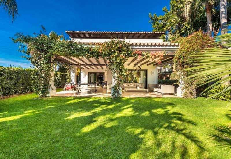 Villa for sale in Marbella Golden Mile, with 5 bedrooms, 6 bathrooms, 1 toilets, the property was bu, Spain
