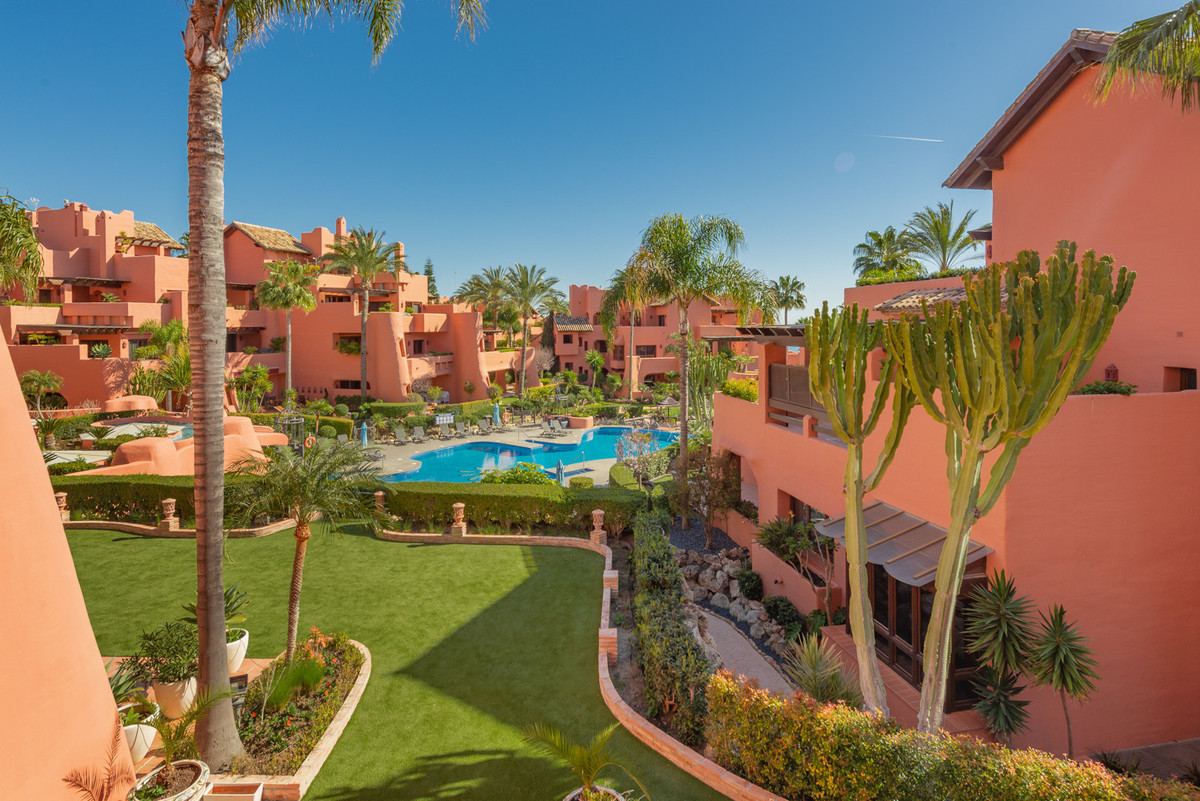 Apartment for sale in Estepona with 2 bedrooms, 2 bathrooms, 1 on suite bathroom and with orientatio,Spain