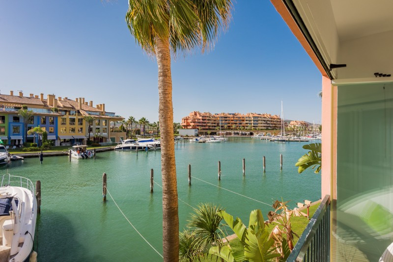 Apartment for sale in Isla del Pez Volador, Sotogrande, with 2 bedrooms, 2 bathrooms and has a swimm, Spain