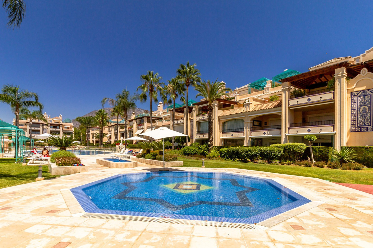 Apartment for sale in Marbella Golden Mile, with 3 bedrooms, 3 bathrooms, 1 toilets and has a swimmi, Spain