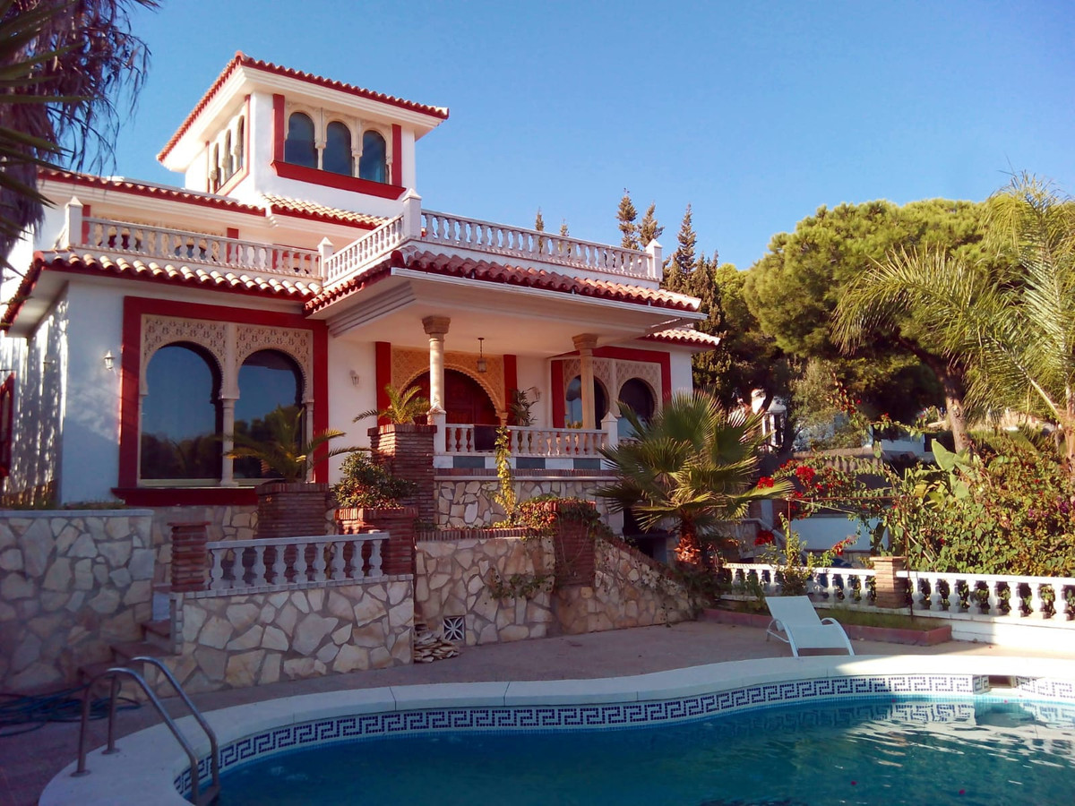 Villa for sale in Torrenueva, Mijas Costa, with 8 bedrooms, 3 bathrooms, 1 en suite bathrooms, 1 toi, Spain