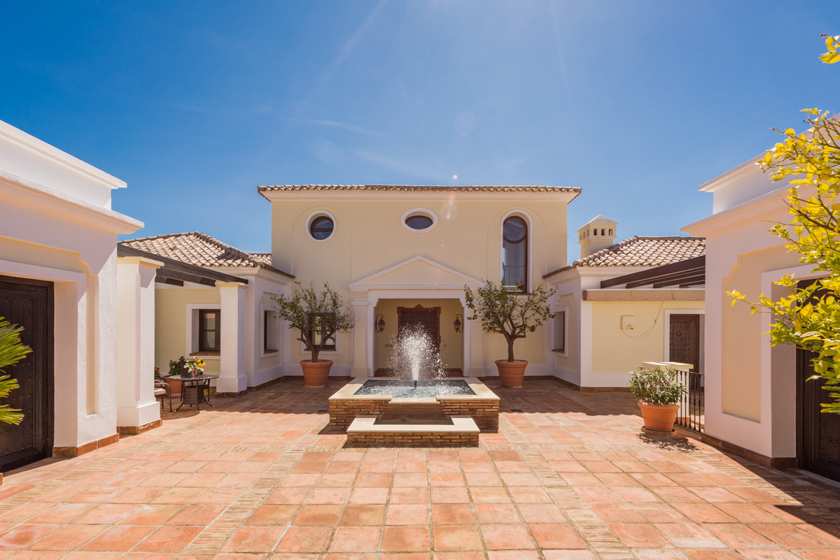 Villa for sale in Benahavis, with 6 bedrooms, 5 bathrooms, 1 toilets and has a swimming pool (Privat,Spain