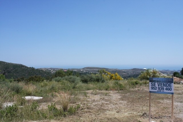 Plot for sale in Benahavis and has a swimming pool (Communal) and a garden (Communal). Regarding pro,Spain
