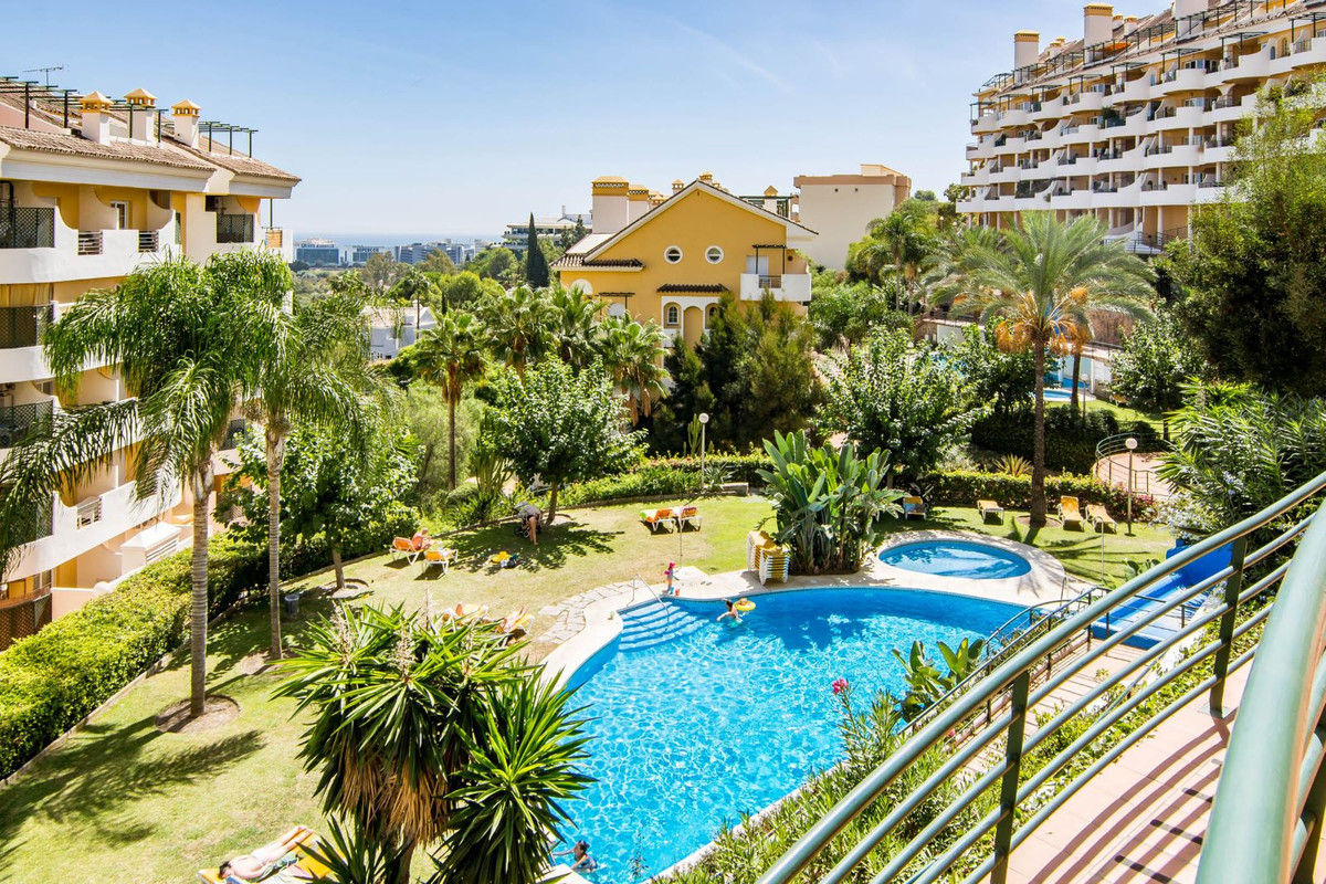 This is a very sunny and comfortable apartment located in the popular Senorio de Aloha complex. The , Spain