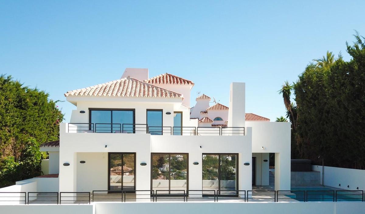 Detached Villa for sale in Nueva Andalucía R3596017