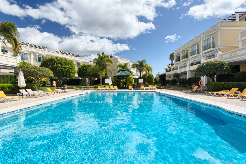 Spacious ground floor apartment located in the popular community of Aloha Gardens walking distance t,Spain