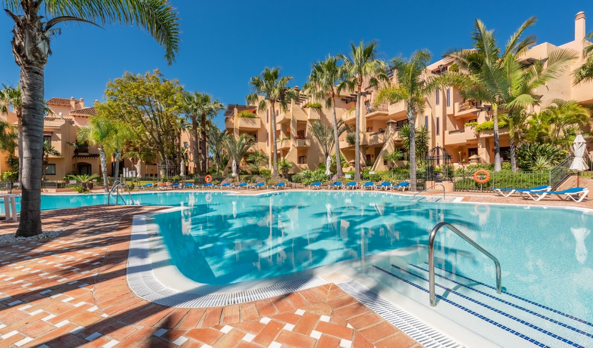 This spacious 3 bedroom/ 2 bathroom apartment is set in a prestigious beach side development in San , Spain