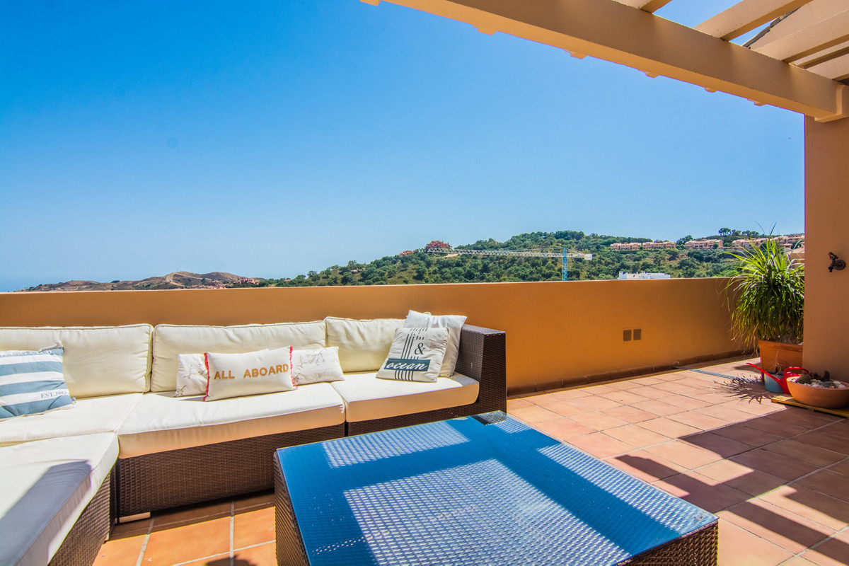 This is a quite stunning 2 Bedroom apartment and is a real bargain for the upmarket Elviria area. ItSpain