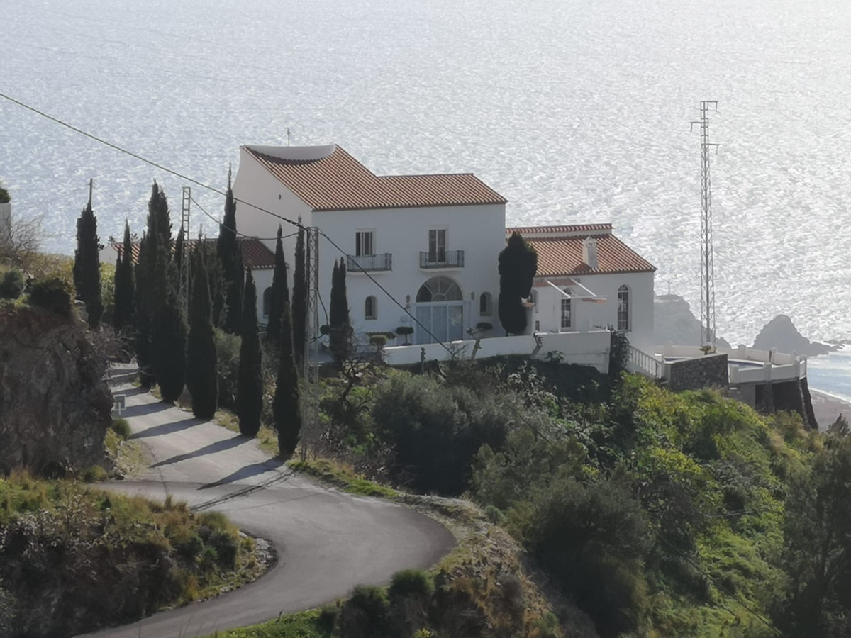 Stunning villa in an absolutely fantastic location, with its 372m2 and private pool, as well as easi,Spain