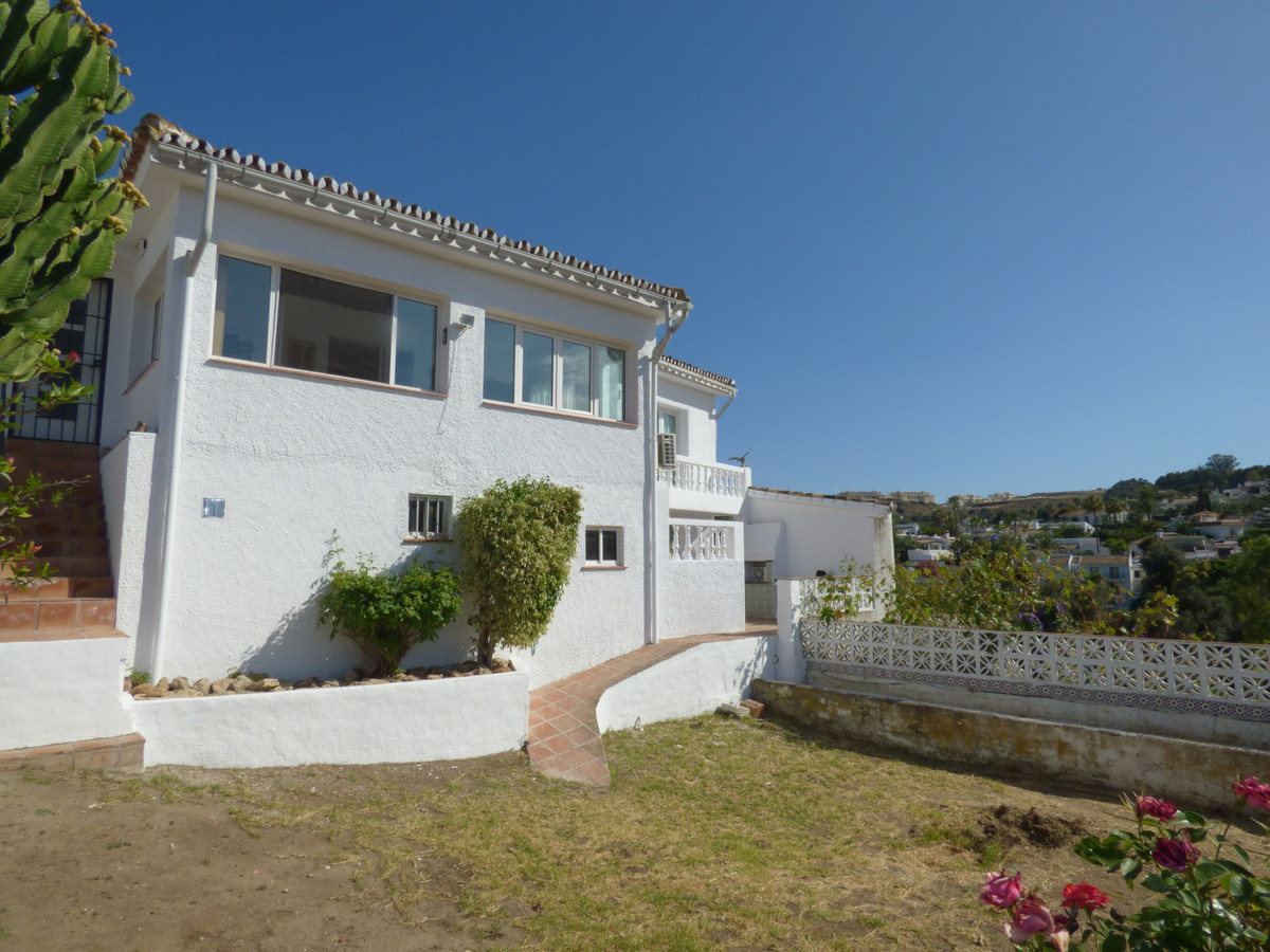 Renovated in 2016, this bright 3/4 bed, 2 bath villa has great views of the surrounding countryside ,Spain