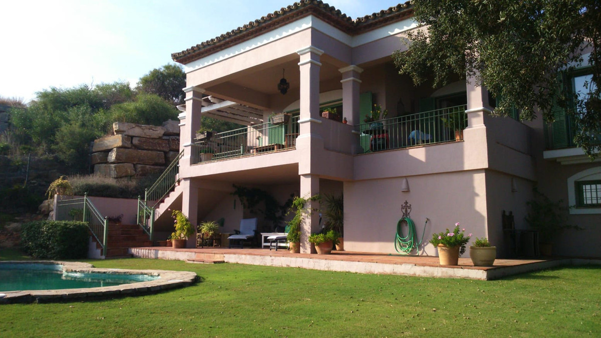The house is built on a plot of approximately 1100 m2 and built on about 330 m2, located on a wonder,Spain