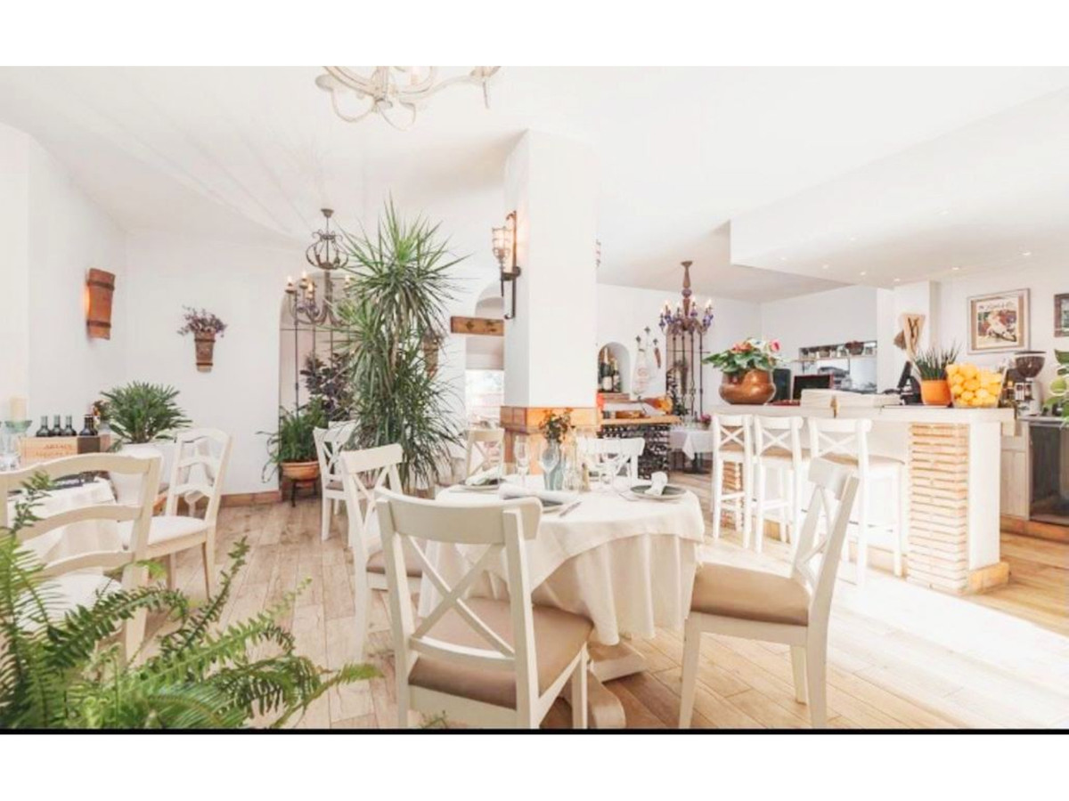 FREEHOLD!!  GREAT OPPORTUNITY!  Hall, bar area, two table areas, two services, kitchen, pantry and o,Spain