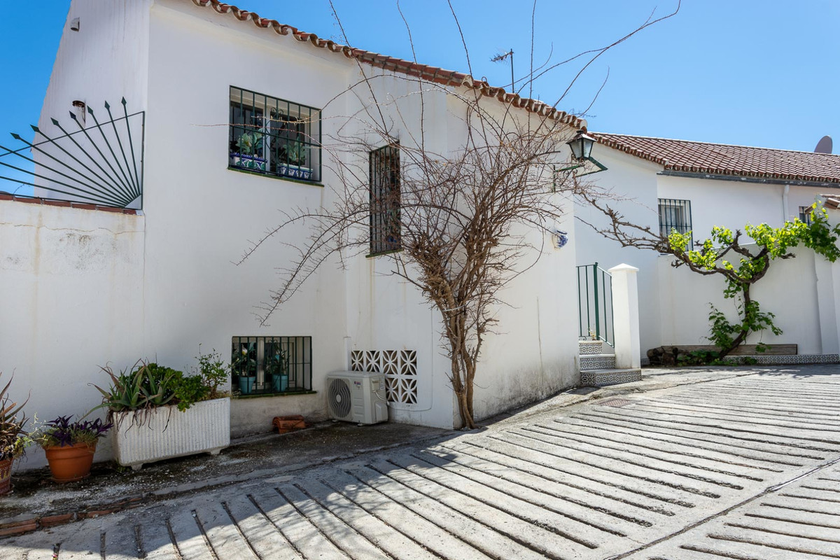 Very nice bright townhouse situated at Ojen, just 10 min drive to Marbella center . It consist of 3 , Spain