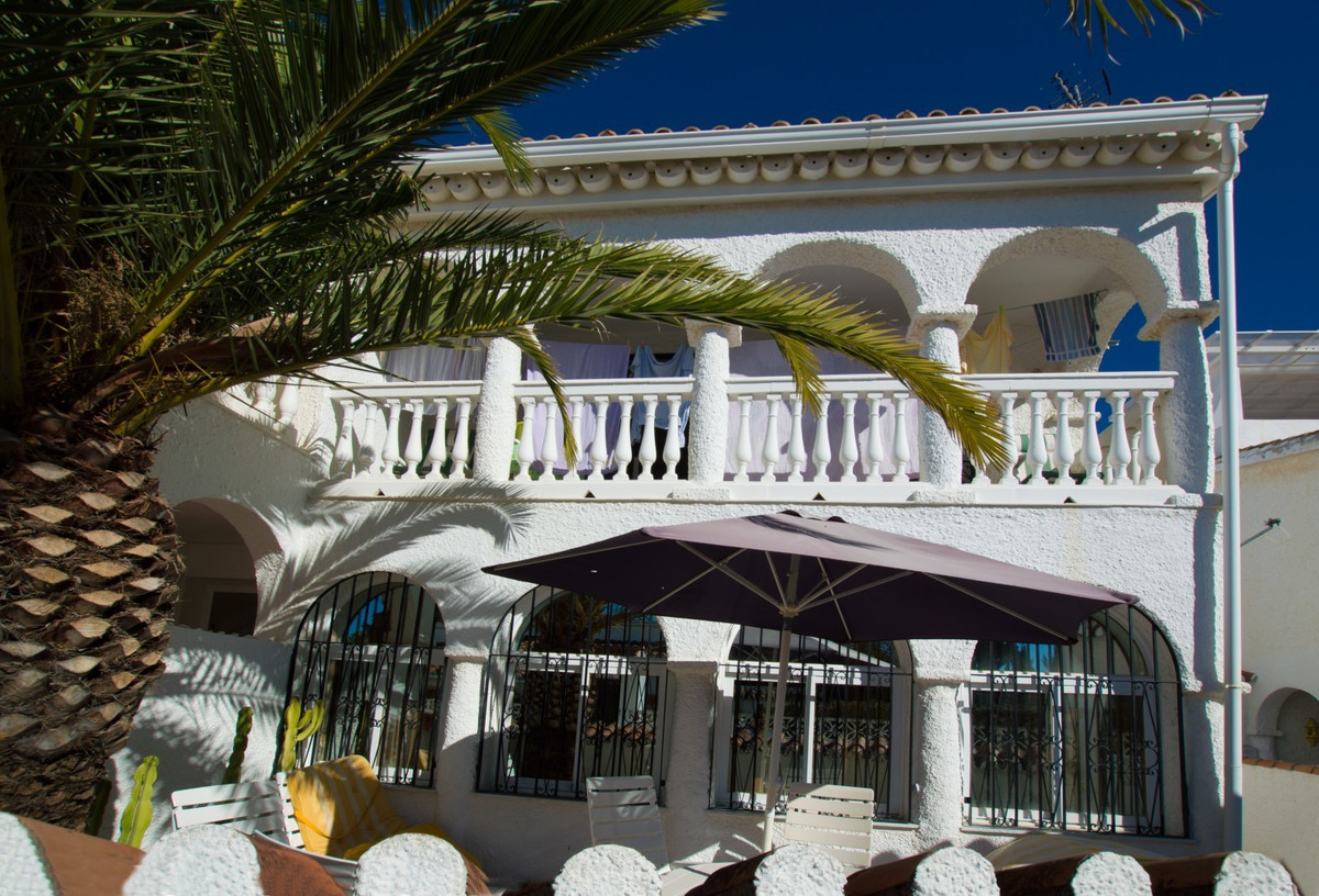 WALKING DISTANCE TO THE BEACH! Semi-detached house with sea views for sale at Costabella, Marbella E, Spain