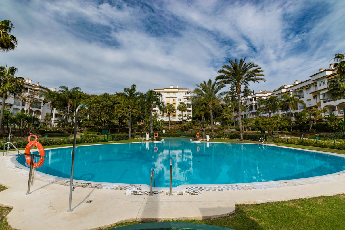 Stunning 4 bedroom apartment situated on The Golden Mile  This demanded complex is located in the be, Spain