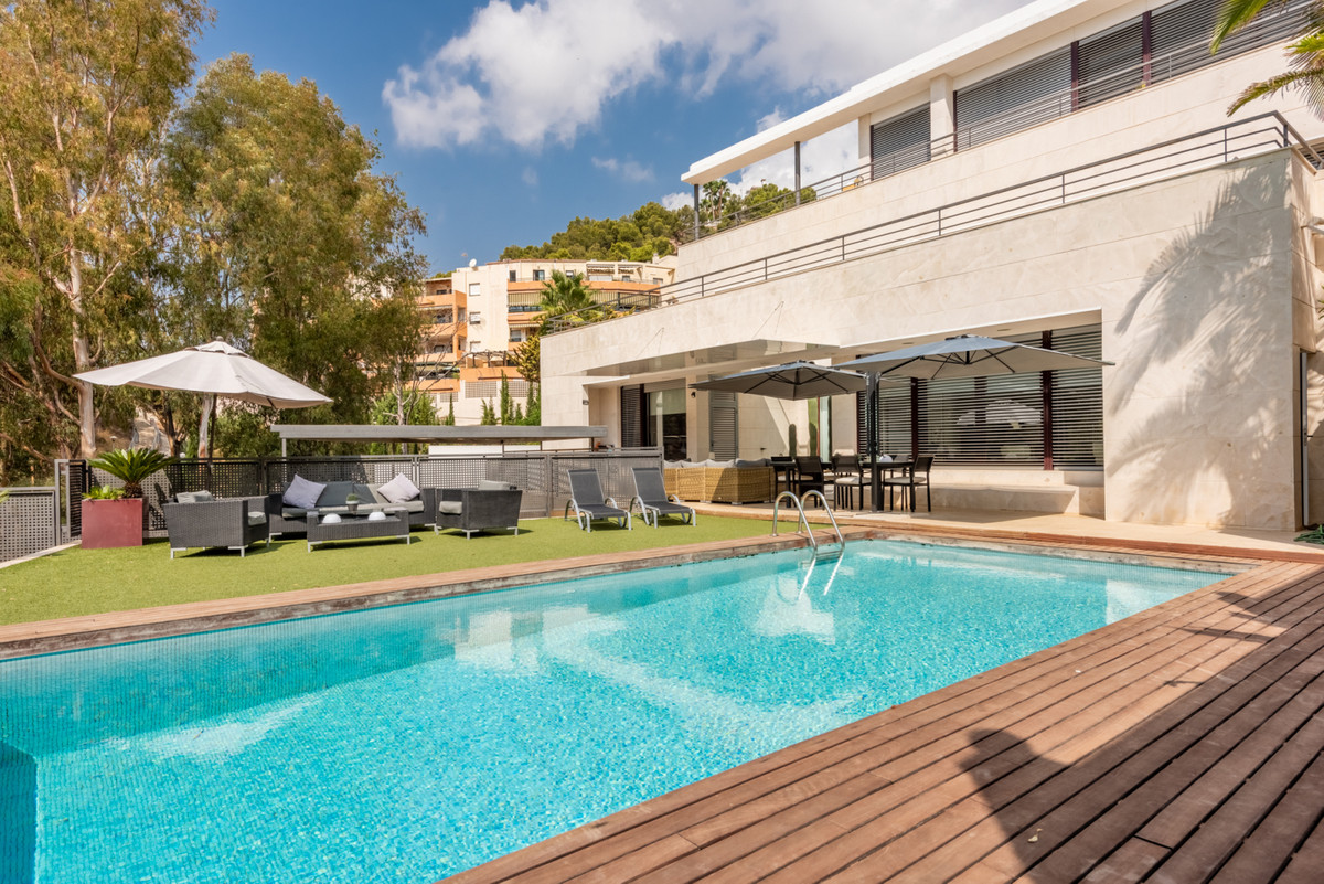 Dazzling villa built in 2008 of modern design, simple lines and large windows that give it a very in,Spain
