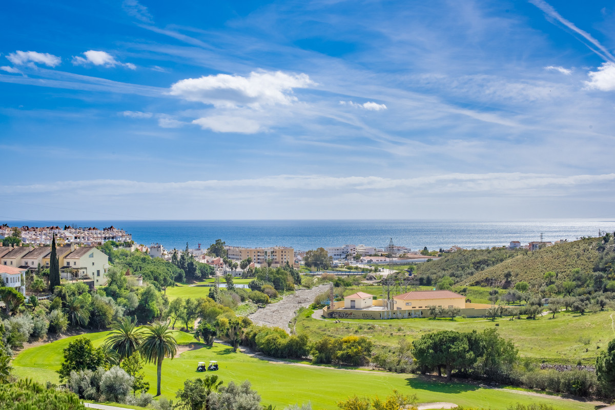This townhouse offers you the opportunity to enjoy marvelous sea views on the front line of golf, in, Spain
