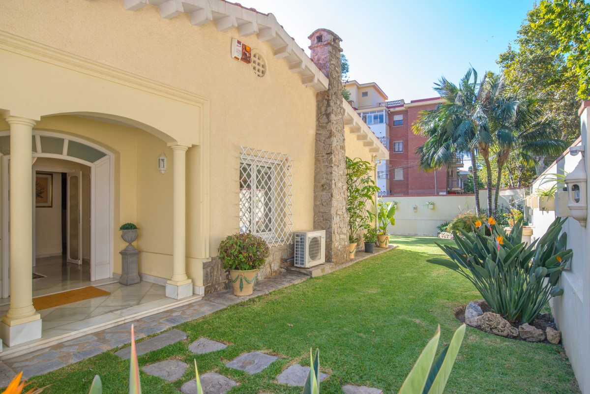 Spacious villa with one floor in the Limonar at 300 meters from the beach. Beautiful garden very car, Spain