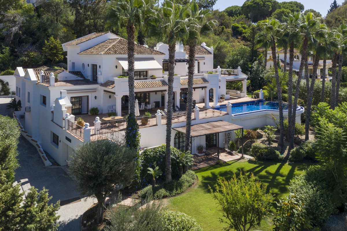 Above the El Paraiso golf club is an exciting real estate opportunity for those seeking a substantia, Spain