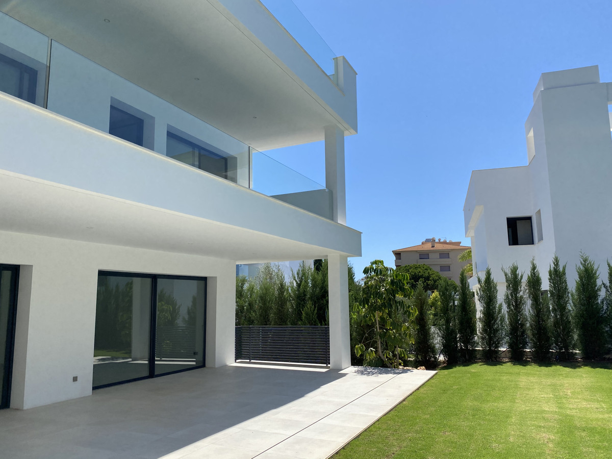 House in Nueva Andalucía R2890094 2 Thumbnail