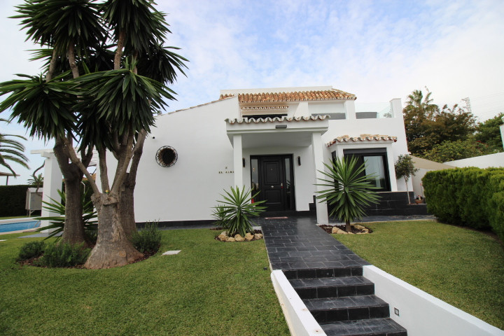 Beautiful cosy villa in Calahonda just 400m from the beach with nice sea views, private pool and gar,Spain