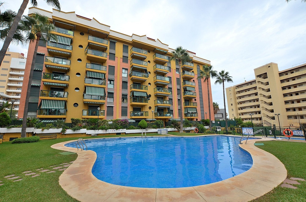CORNER APARTMENT WITH HUGE PRIVATE GARDEN-TERRACE OF 100 M2 located in El Bajondillo (Torremolinos),, Spain