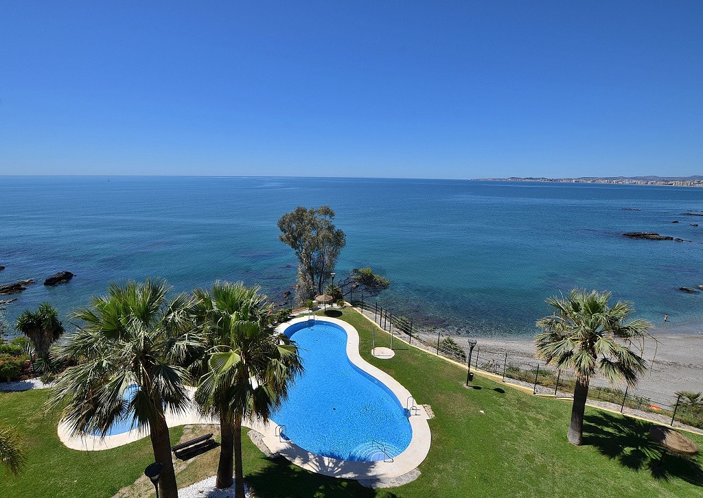 AMAZING FRONTLINE BEACH APARTMENT WITH STUNNING SEA VIEWS located in Benalmadena Costa. Large south , Spain