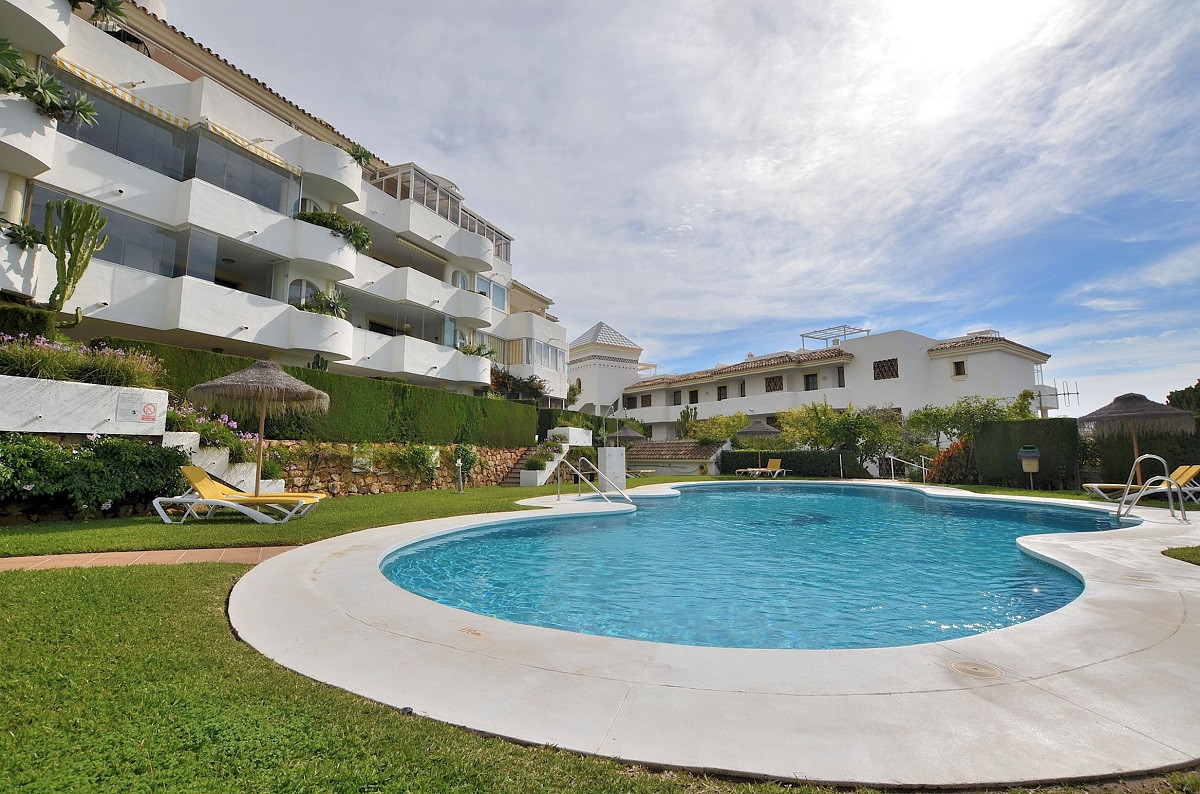 FANTASTIC APARTMENT WITH NICE VIEWS AND LARGE TERRACE OF 24 M2 + GARDEN located in Calahonda (Mijas ,Spain