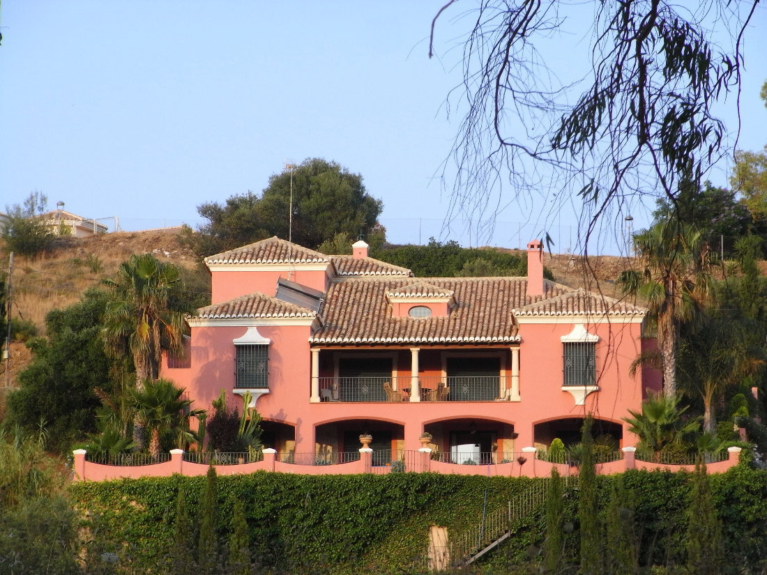 ORIGINAL PRICE OF 1.650.000 € NOW REDUCED TO 1.200.000 €!  1ST LINE GOLF VILLA!  Located in Mijas Go, Spain