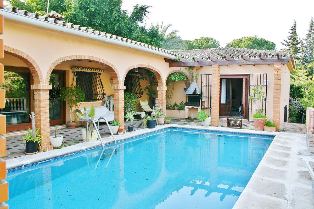 Well located villa with great potential situated in the heart of Nueva Andalucia within minutes walk, Spain