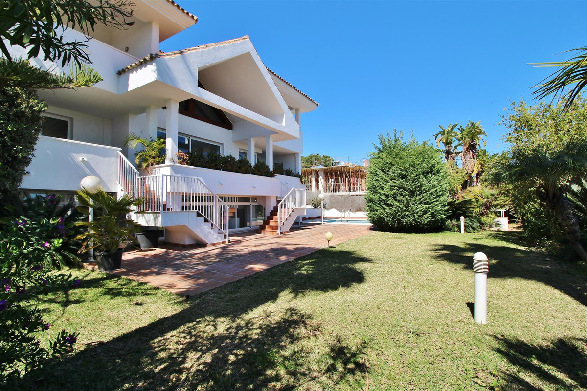 This brand new South facing residence is situated in a very popular urbanisation surrounded by golf , Spain